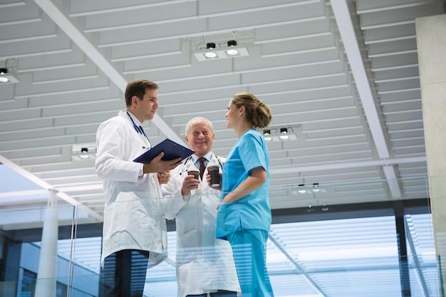 Los médicos y el cirujano interactúan entre sí mientras toman un café.