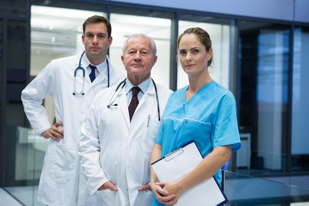 Médicos y cirujano parados juntos en el hospital