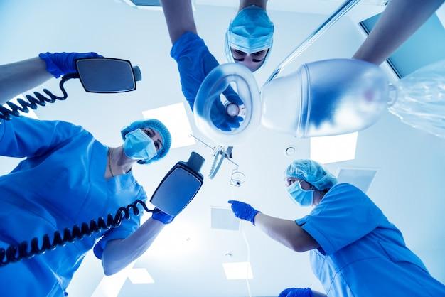 Los médicos dan reanimación a un paciente masculino en la sala de emergencias.