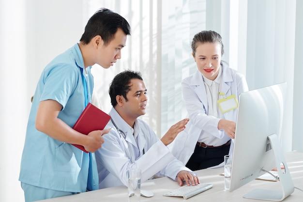 Médicos discutiendo estadísticas sobre brotes de virus