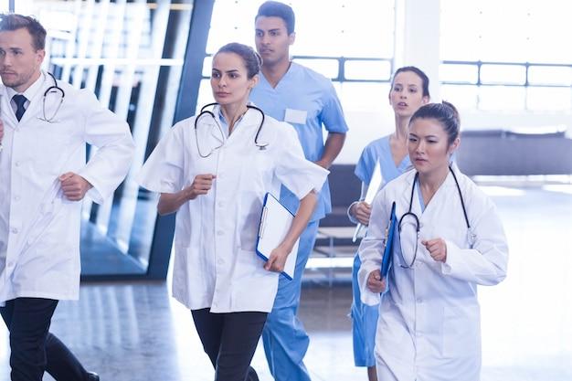 Médicos y enfermeras apresurándose para urgencias en el hospital.