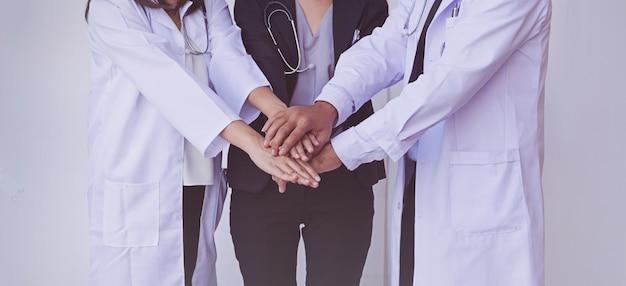 Médicos y enfermeras coordinan las manos. concepto de trabajo en equipo