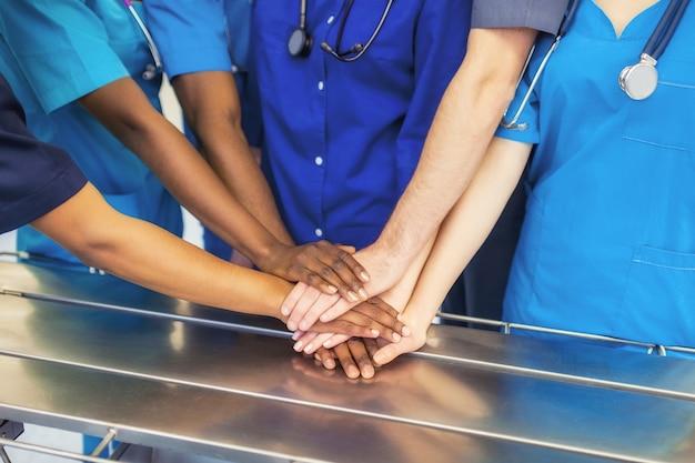 Los médicos y las enfermeras coordinan las manos.