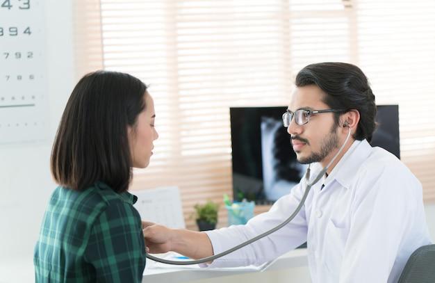 Los médicos están usando un estetoscopio para revisar los pulmones y el corazón.