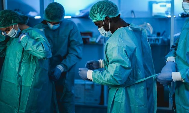 Médicos hombres trabajando dentro del hospital durante el brote de coronavirus