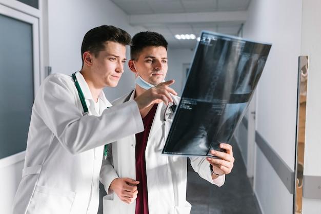 Médicos jóvenes apuntando a un disparo de rayos x