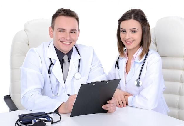 Médicos masculinos y femeninos.