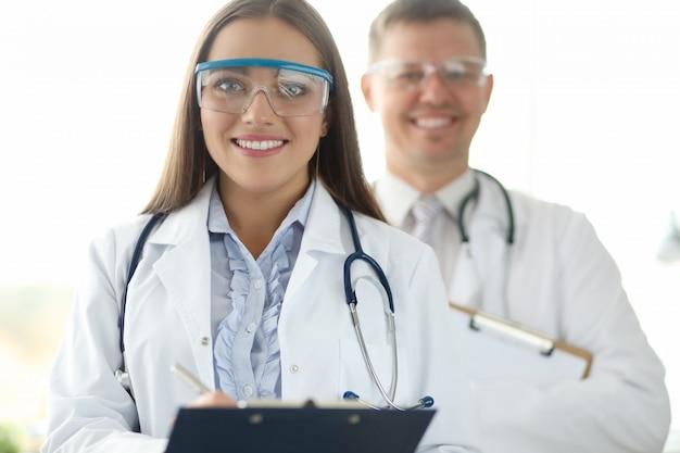 Médicos de medicina grupal en retrato de gafas protectoras