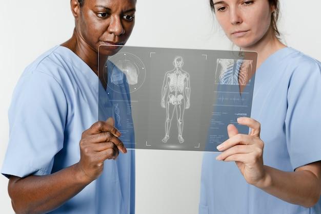 Médicos que controlan las pruebas médicas en tableta digital
