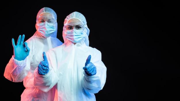 Médicos que usan equipos médicos de protección con espacio de copia