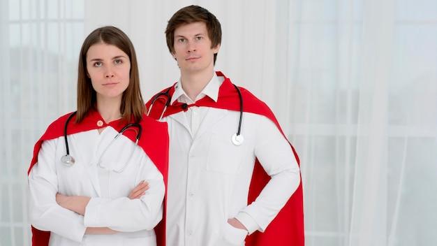 Médicos de tiro medio con capas