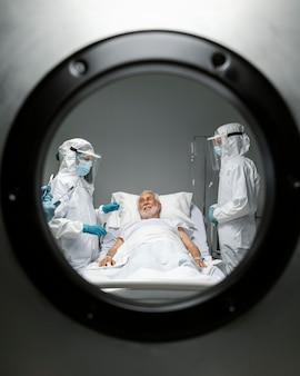Médicos de tiro medio y paciente infeccioso.