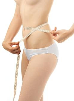 Medida de cuerpo de mujer hermosa sobre fondo blanco