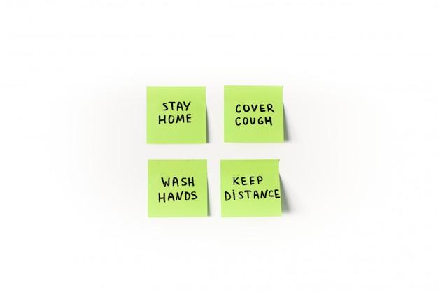 Medidas de prevención y precauciones para recordar en notas adhesivas verdes aisladas sobre fondo blanco.