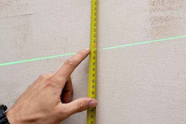 Medidor de cinta métrica en la pared