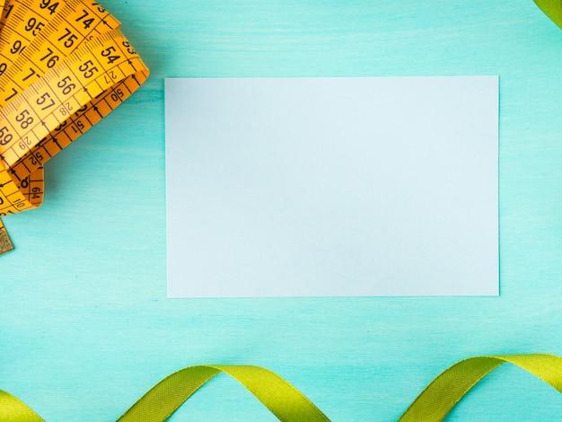 Medidor de medición y tarjeta vacía en pastel verde