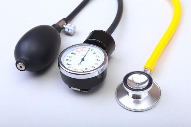Medidor de presión arterial y estetoscopio médico.