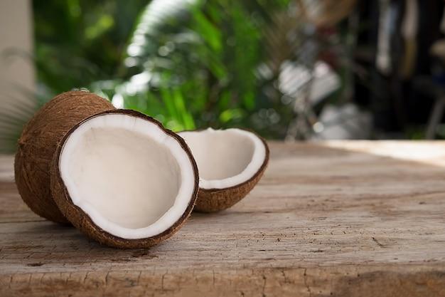Medio corte de coco sobre un fondo de madera