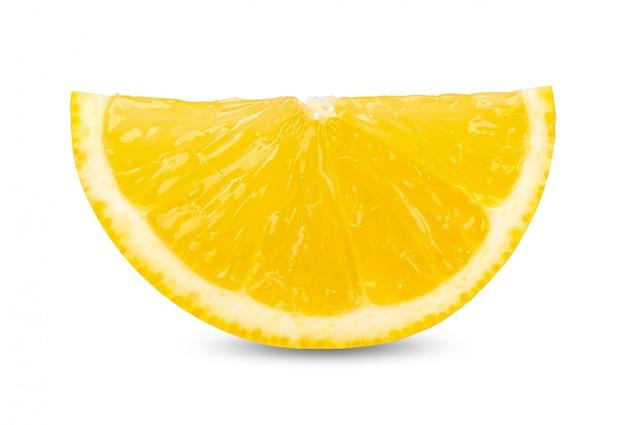 Medio limón aislado en el trazado de recorte blanco