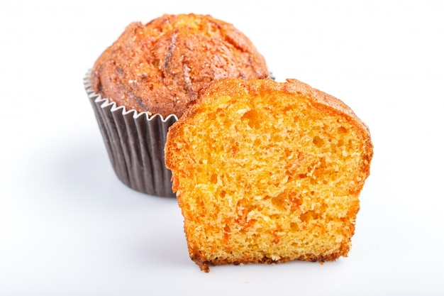 Uno y medio muffin de zanahoria aislado sobre fondo blanco.