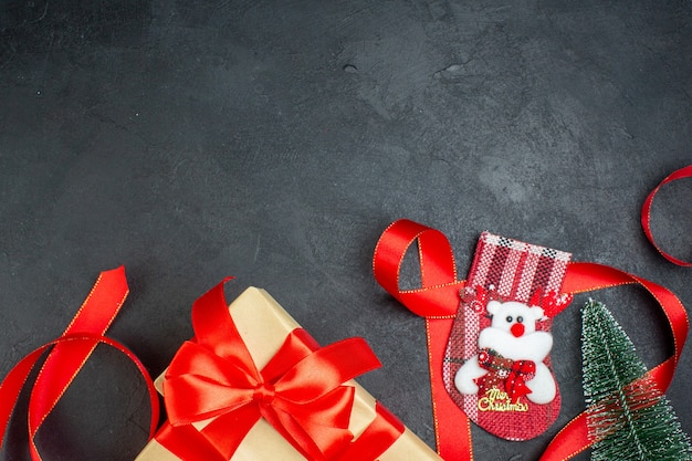 Medio tiro de hermosos regalos árbol de navidad calcetín de navidad sobre fondo oscuro