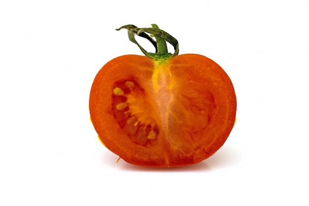 Medio tomate aislado sobre fondo blanco.