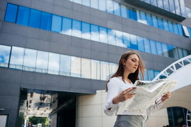Medios de comunicación de información. concepto de noticias comerciales diarias