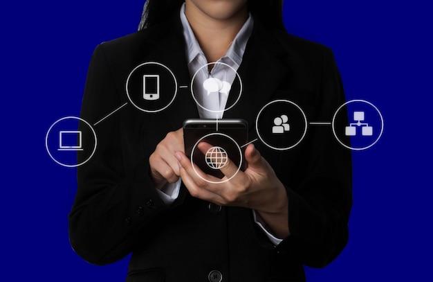 Los medios de comunicación social digital en el negocio de forma de globo de icono virtual abren su mano, teléfono inteligente de pantalla táctil de trabajo.