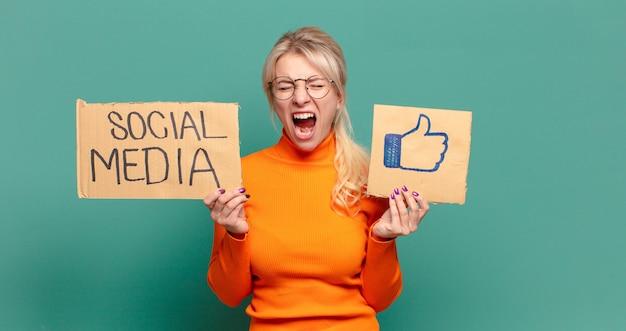 Medios de comunicación social de mujer bonita rubia como concepto