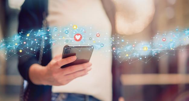 Medios sociales y digitales en línea, mujer con teléfono inteligente y mostrar icono de tecnología.