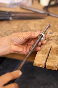 Medir un concepto de joyero de anillo