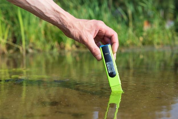 Medir el contenido de agua con un medidor de ph del dispositivo digital