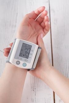 Para medir la presión arterial