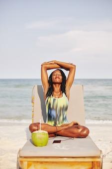 Meditación de mujer en la playa