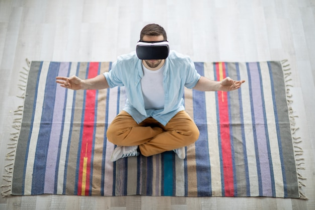 Meditando sobre alfombra