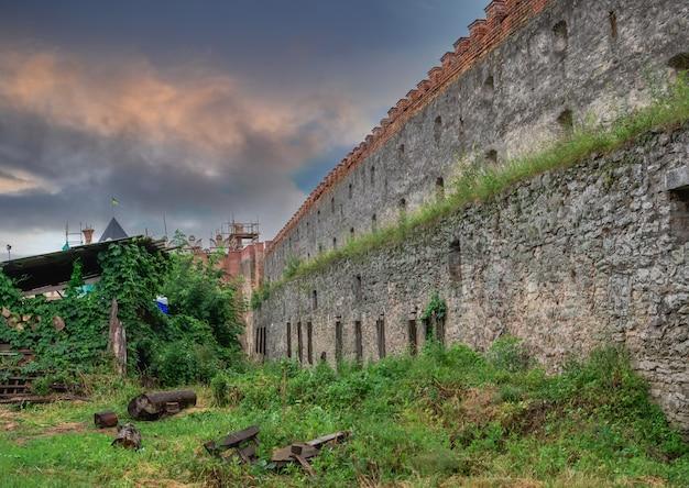 Medzhybish, ucrania 05.07.2021. fortaleza de medzhybish en la región de podolia de ucrania, en una nublada mañana de verano