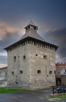 Medzhybish, ucrania 05.07.2021. gran torre de la fortaleza de medzhybish en la región de podolia de ucrania, en una nublada mañana de verano