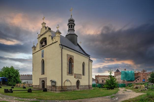 Medzhybish, ucrania 05.07.2021. iglesia de san nicolás en el territorio de la fortaleza de medzhybish, ucrania, en una nublada mañana de verano