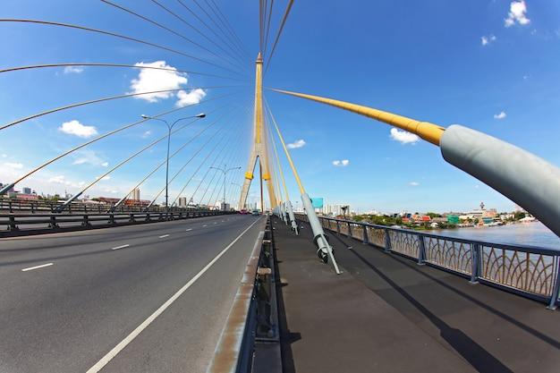 Mega puente de eslinga, rama 8, cerca del puerto con hermoso soleado en bangkok