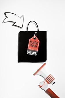 Megáfono de papel y bolsa de compras con etiqueta