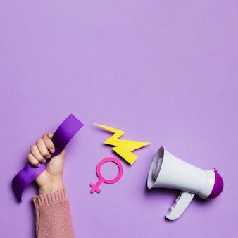 Megáfono y espacio de copia de mano de mujer