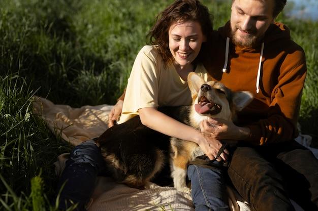 Meidum disparó a hombre y mujer con lindo perro