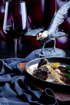 Mejillas de ternera guisadas en vino tinto, servidas con puré de papa. para el menú