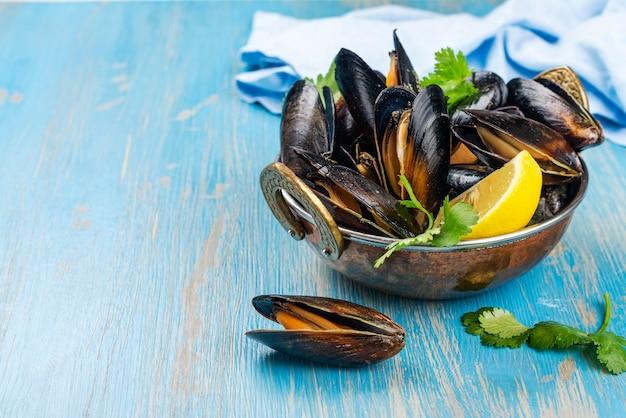 Mejillones de marisco cocidos con limón