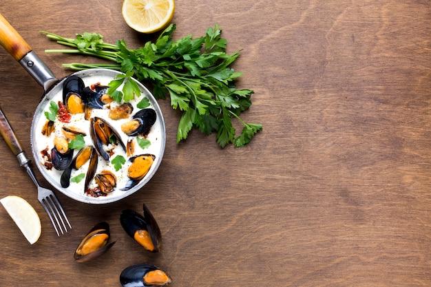 Mejillones planos en salsa blanca y parslet con copyspace