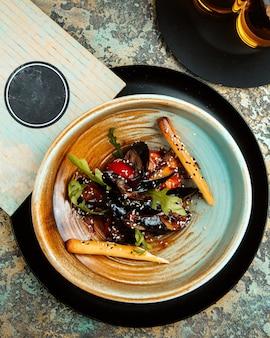 Mejillones con rúcula palos de tomate a la plancha y sésamo