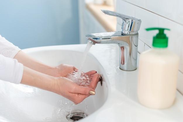 La mejor solución antibacteriana, agua y jabón