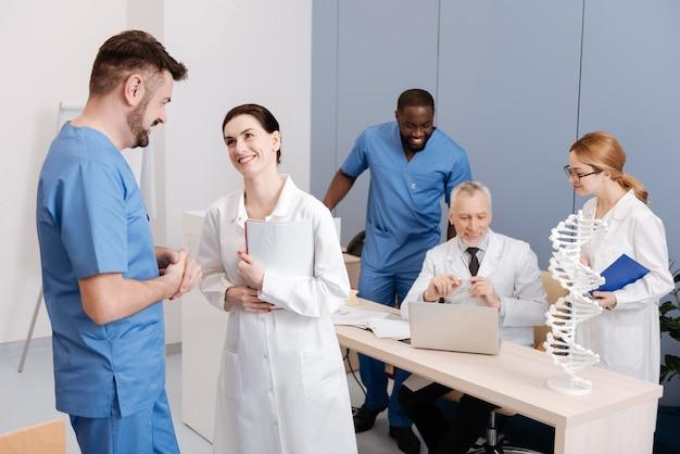Mejorando nuestras calificaciones. médicos talentosos involucrados que estudian y disfrutan de la conferencia en la facultad de medicina mientras mejoran sus calificaciones