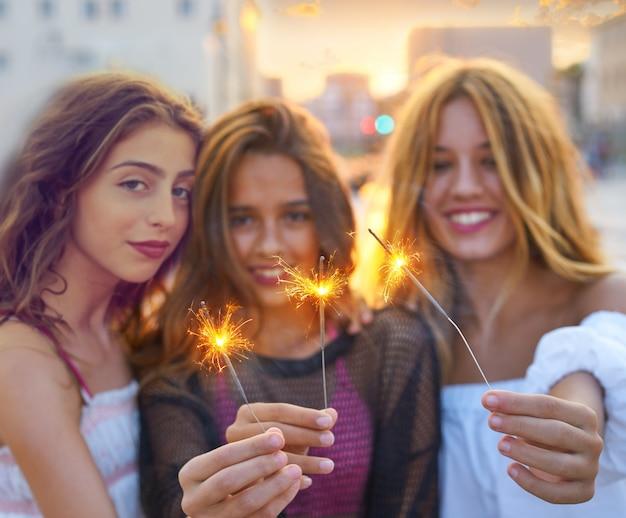 Las mejores amigas adolescentes con bengalas.