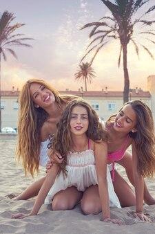 Las mejores amigas adolescentes se divierten en una playa al atardecer